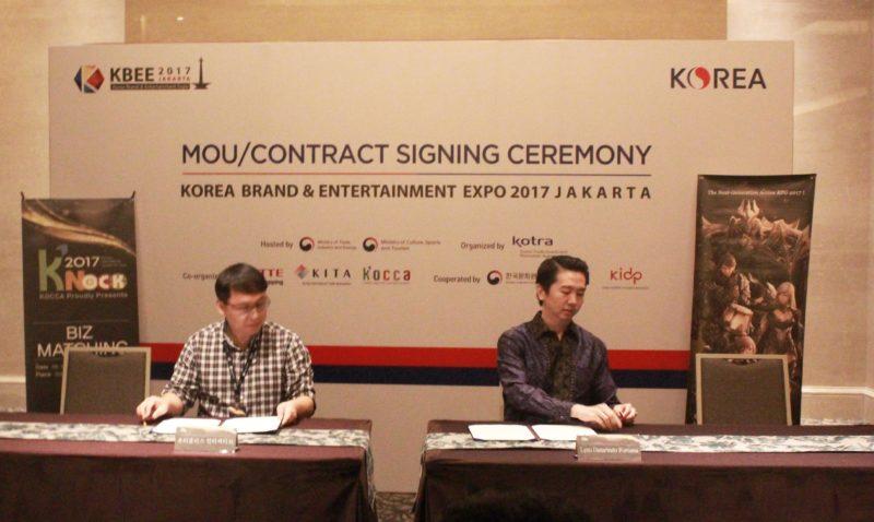 Mr. Song Dae Hyun selaku Vice President UTPlus (kiri) dan Andi Suryanto selaku CEO Lyto (kanan) melakukan tandantangan MoU kerjasama untuk Shadowblood